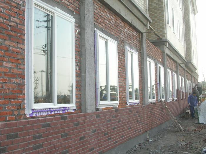 好东公寓位于星湖街和淞江路的交叉处,公司工程部的一个施工班组日前正对公寓一楼进行全面的外部装饰。截至今天上午,北面剪力墙上的窗户已安装完成,现正在砌筑外墙装饰砖。根据公司的战略发展规划,好东公寓一楼装修好后将作为管家中心的大本营,布局包括餐厅、办公室、接待室、宿舍、物品房等。 笑问供稿